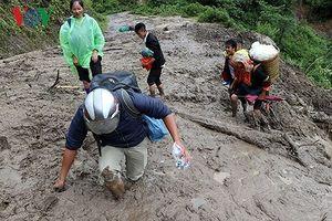 Thông tuyến tạm vào vùng cô lập do lũ ở Lai Châu