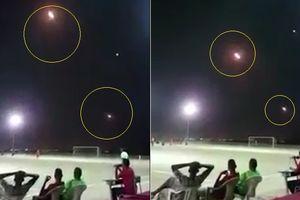 Vừa đá bóng, vừa ngắm tên lửa bay trên đầu