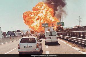 Xe bồn phát nổ như bom sau va chạm với xe tải trên cao tốc