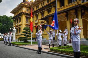 Cờ ASEAN tung bay trong lễ thượng cờ kỷ niệm 51 năm thành lập