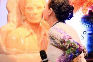 Danh ca Khánh Ly bất ngờ hôn tượng nhạc sĩ Trịnh Công Sơn