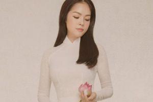 Dương Cẩm Lynh đẹp như tiên nữ giáng trần trong áo dài trắng bên sen