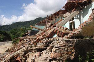 Trường học vùng bão Nghệ An vẫn ngổn ngang khi năm học mới cận kề