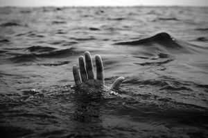 Bị sóng biển cuốn, 1 người chết đuối, 2 mất tích