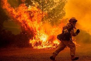 Mỹ: Cháy rừng nhấn chìm nhiều khu vực ở California trong biển lửa