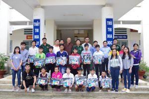 Tặng 160 phần quà cho học sinh nghèo vùng biên Đồng Tháp