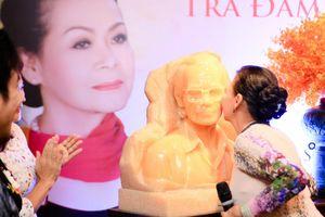Danh ca Khánh Ly hôn tượng cố nhạc sĩ Trịnh Công Sơn