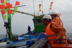 Cứu nạn thành công 17 thuyền viên tàu cá gặp nạn trên biển