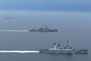 Nín thở 'rượt đuổi' tàu chiến Anh, Nga trên eo biển Manche
