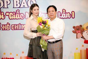 Lý Nhã Kỳ hào hứng xem Festival Múa rối Việt Nam đầu tiên