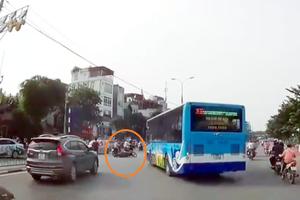 Xe buýt quay đầu với tốc độ cao, húc văng xe máy trên phố Hà Nội