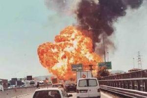 Kinh hoàng 'lửa hỏa ngục' trong tai nạn xe bồn trên cao tốc Ý