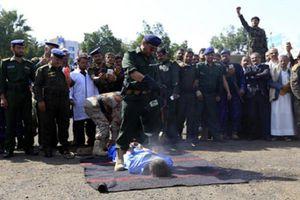 Yemen công khai hành quyết ba kẻ cưỡng hiếp, treo xác trên cần cẩu
