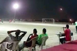 Tên lửa bay vèo vèo trên đầu, khán giả điềm nhiên xem đá bóng