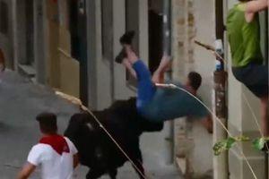 Bò tót điên cuồng tấn công người đứng xem lễ hội
