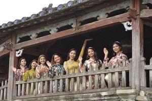 Các Hoa hậu thế giới diện áo dài dạo phố cổ Hội An