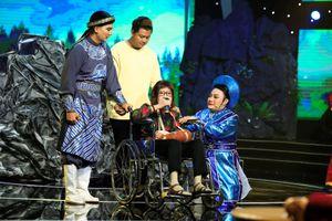 NSƯT Diệu Hiền ngồi xe lăn đến hỗ trợ thí sinh 'Sao nối ngôi'