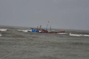 Tàu cá bị sóng đánh chìm, 4 ngư dân được cứu kịp thời