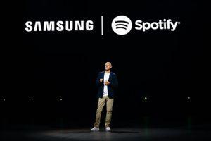 Hợp tác với Spotify, Samsung thách thức Apple Music