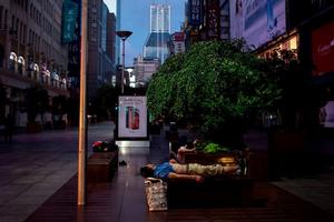 Cái nóng thiêu đốt biến phố Thượng Hải thành phòng ngủ ngoài trời