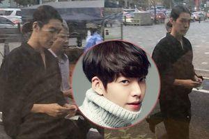 Sau 1 năm chống chọi ung thư, Kim Woo Bin tái xuất với hình ảnh gợi nhắc thời 'Vampire Idol'