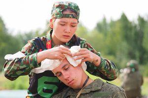 Nữ quân y Việt Nam vác binh sĩ Nga to khỏe khi thi 'Sơ cứu chiến trường' tại giải đấu quân sự quốc tế