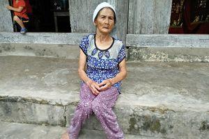 Ở tuổi thất thập cổ lai hy '71 tuổi' vẫn nuôi hai cháu nhỏ mồ côi