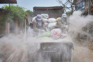 Hàng tấn vôi bột phủ trắng đường làng sau lũ