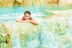 Suối nước nóng màu xanh ngọc ảo diệu ở Italy