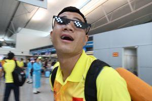 Đức Chinh nghịch ngợm, đeo kính fan tặng ở sân bay