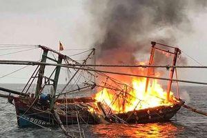 Tàu bốc cháy dữ dội trên biển, 7 thuyền viên may mắn được cứu sống