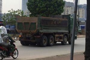 Dân bức xúc vì xe tải chở đất 'tung hỏa mù' trong giờ cao điểm ở nội thành Hà Nội