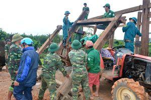 Giúp dân vượt qua lũ quét ở Kon Tum