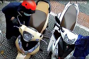 Clip: Người phụ nữ đi SH trộm mũ bảo hiểm nhanh như cắt