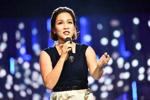 Mỹ Linh bắt nhịp cho hơn một nghìn khán giả hát 'Chuyện tình'