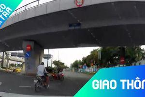 Xe máy vượt đèn đỏ, suýt va chạm với xe máy khác giữa giao lộ