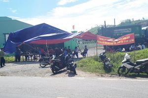 Dân dựng rạp chặn cổng nhà máy xử lý rác thải gây ô nhiễm