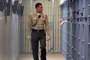 Viên chức nhà tù bị bắt vì bán ma túy và quan hệ với tù nhân