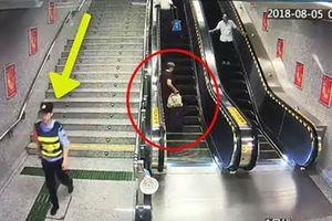 Nữ cảnh sát phản ứng cực nhanh, cứu mạng cụ bà ngã thang cuốn