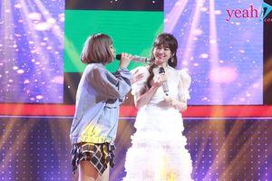 Trấn Thành 'mãn nguyện' với màn song ca ngọt ngào của bà xã Hari Won và thí sinh 'Giọng ải giọng ai'