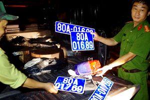 Chở gỗ lậu, lái xe mang theo 2 bộ biển số xe ô tô màu xanh