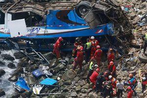 Peru: Xe buýt lao xuống vực, 58 người thương vong