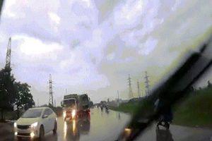Hốt hoảng xem clip tài xế ô tô bẻ lái xuất thần tránh xe container chạy lấn làn
