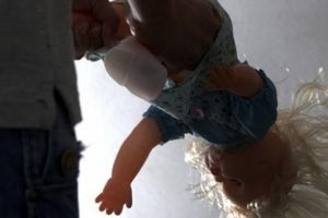 Anh: Kinh hoàng bé gái bị cha mẹ đẻ lạm dụng mà không biết