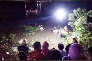 Vụ xe máy 'kẹp' 4 lao xuống sông: Tìm thấy thi thể đôi nam nữ