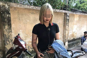 Hà Nội: Vi phạm giao thông, 'hot girl' 15 tuổi tông gục 2 cảnh sát cơ động