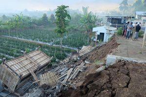 Đảo Lombok biến dạng sau động đất