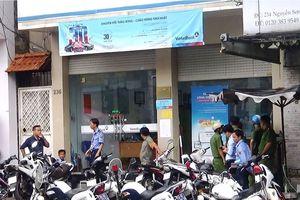 Dùng dao cướp tiền trong ngân hàng ở Sài Gòn