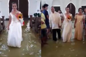 Cô dâu tươi cười lội nước lụt giữa nhà thờ làm lễ cưới