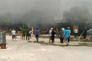 Bà hỏa thiêu rụi 5 ki ốt ở chợ huyện giữa trưa nắng